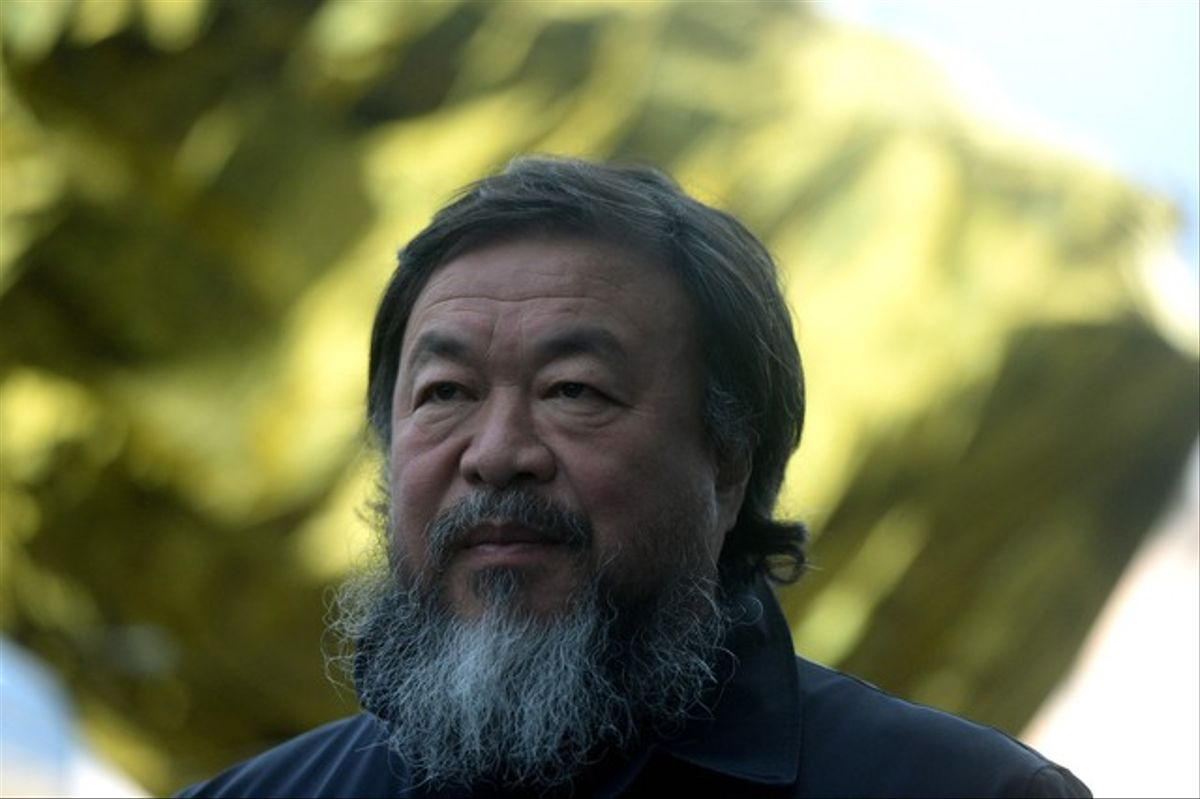 Ai Weiwei, con las mantas térmicas con las que cubrió en Praga sus esculturas de bronce.