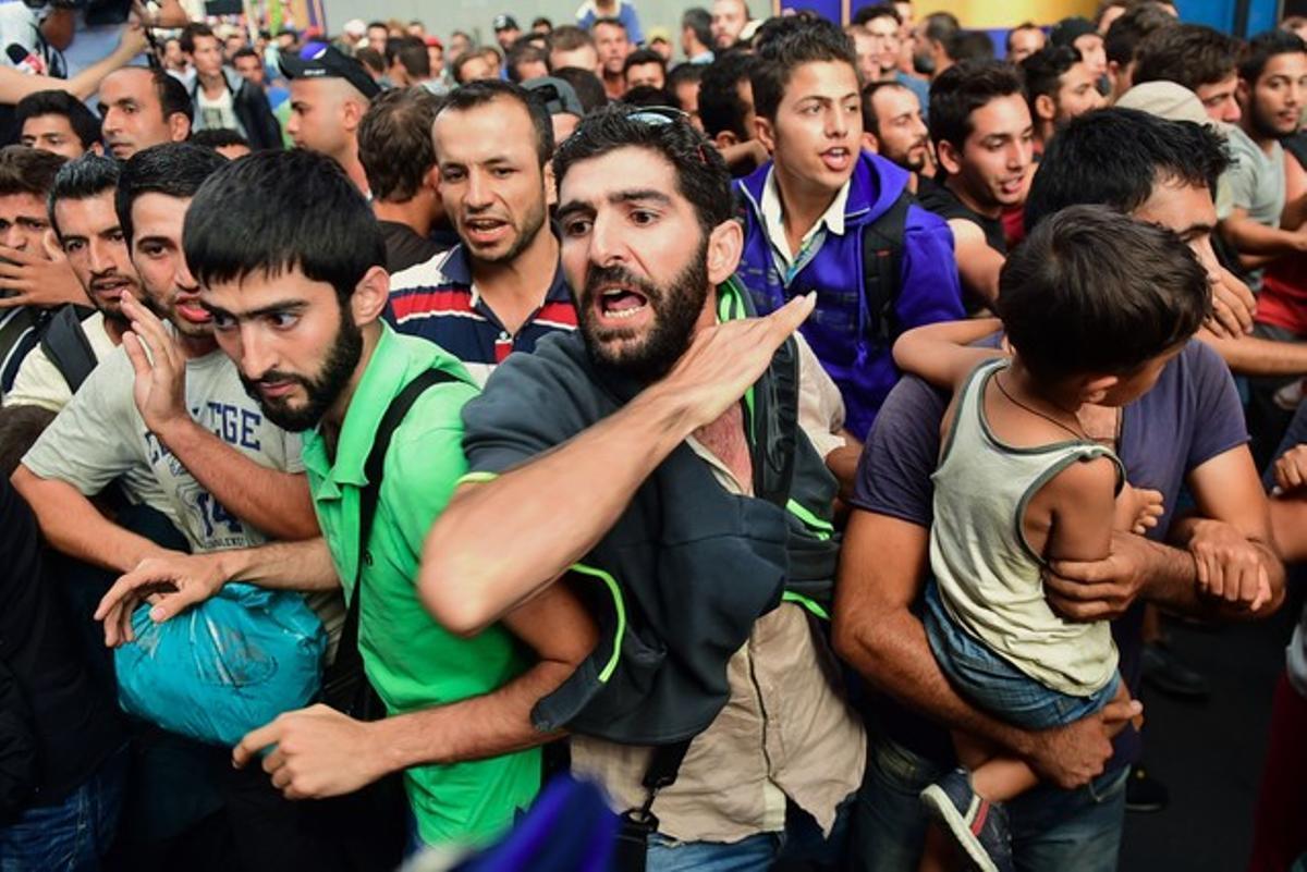 Inmigrantes protestan en la estación de Keleti, en Budapest, después de que los agentes policiales la cerraran esta mañana.