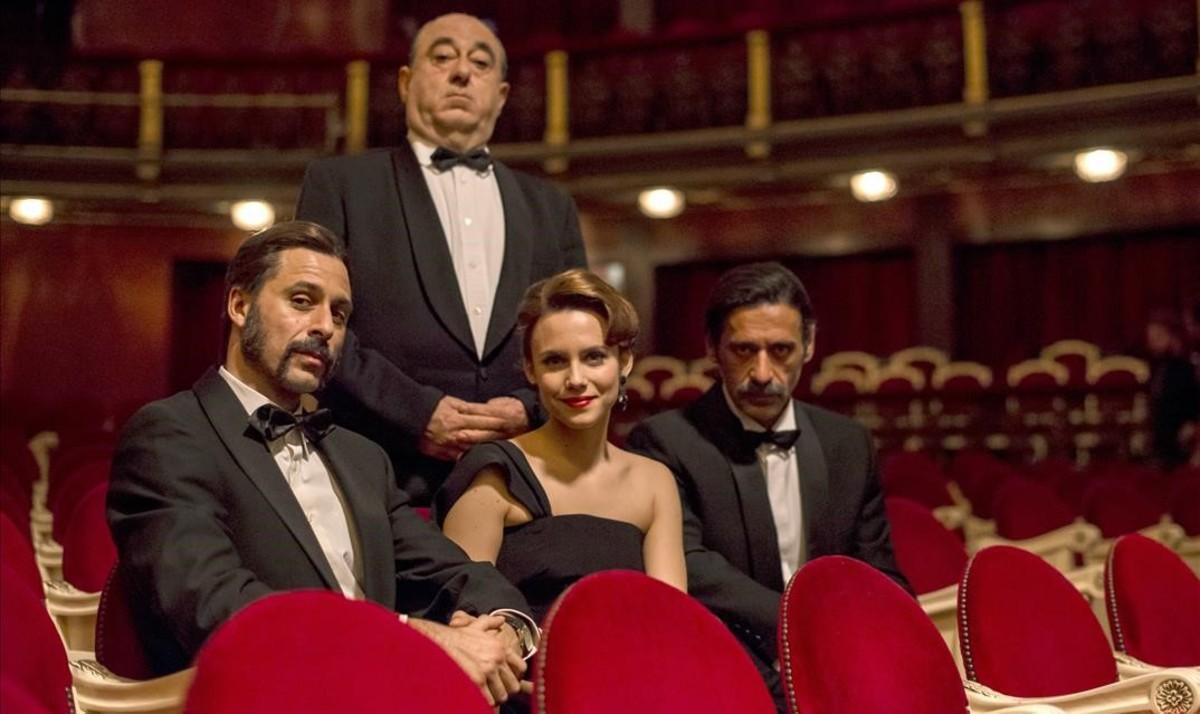 José Angel Egido, como Alfred Hitchcock, detrás de la Patrulla de 'El Ministerio del Tiempo': Hugo Silva, Aura Garrido y Nacho Fresneda, duranteel rodaje en elTeatro Español de Madrid de un episodio de la tercera temporada de la serie.
