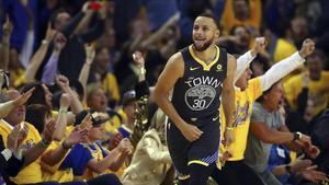 Stepehn Curry celebra su primer triple en la eliminatoria frente a los Pelicans