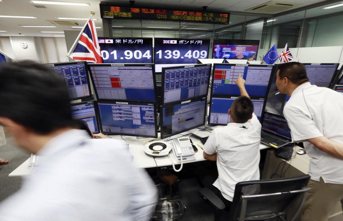 Empresa de correduría de bolsa en Tokyo, pendiente de los resultados del referéndum en el Reino Unido.