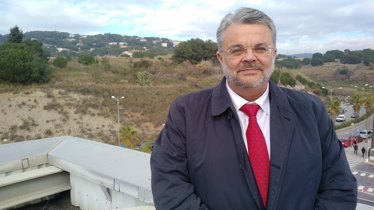 Alfonso Millán, gerente de Mataró Parc, fotografiado en la terraza del centro. Detrás suyo, el espacio verde donde se quiere llevar a cabo la ampliación.