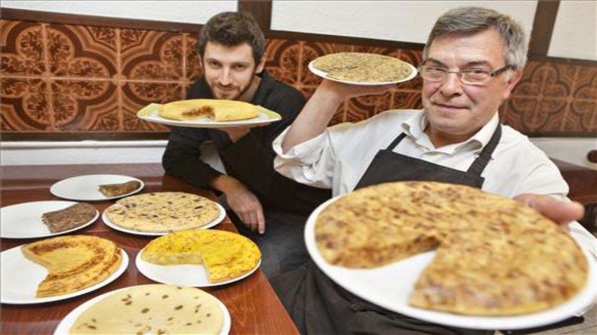 Joan Antoni Miró y su hijo Marc, del restaurante Les Truites, con algunas de las creaciones tortilleras.