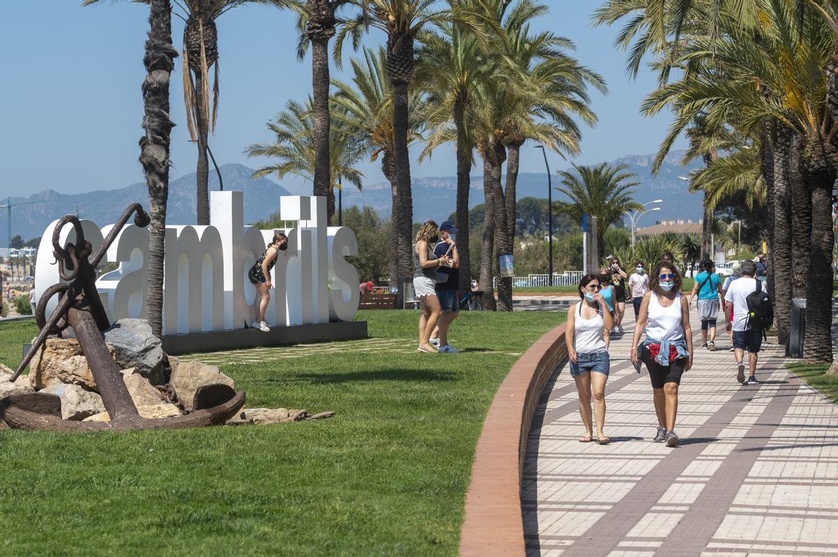 Turistas en el Passeig de les Palmeres (Cambrils)