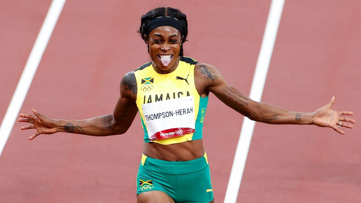 Elaine Thompson-Herah entra triunfadora en la meta de la carrera de 200 m.
