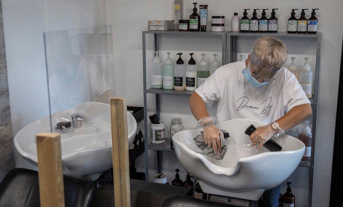 Preparativos en unapeluquería de Madrid, este domingo,para cumplir las normas de protección e higiene y reabrir este lunes, 4 de mayo.
