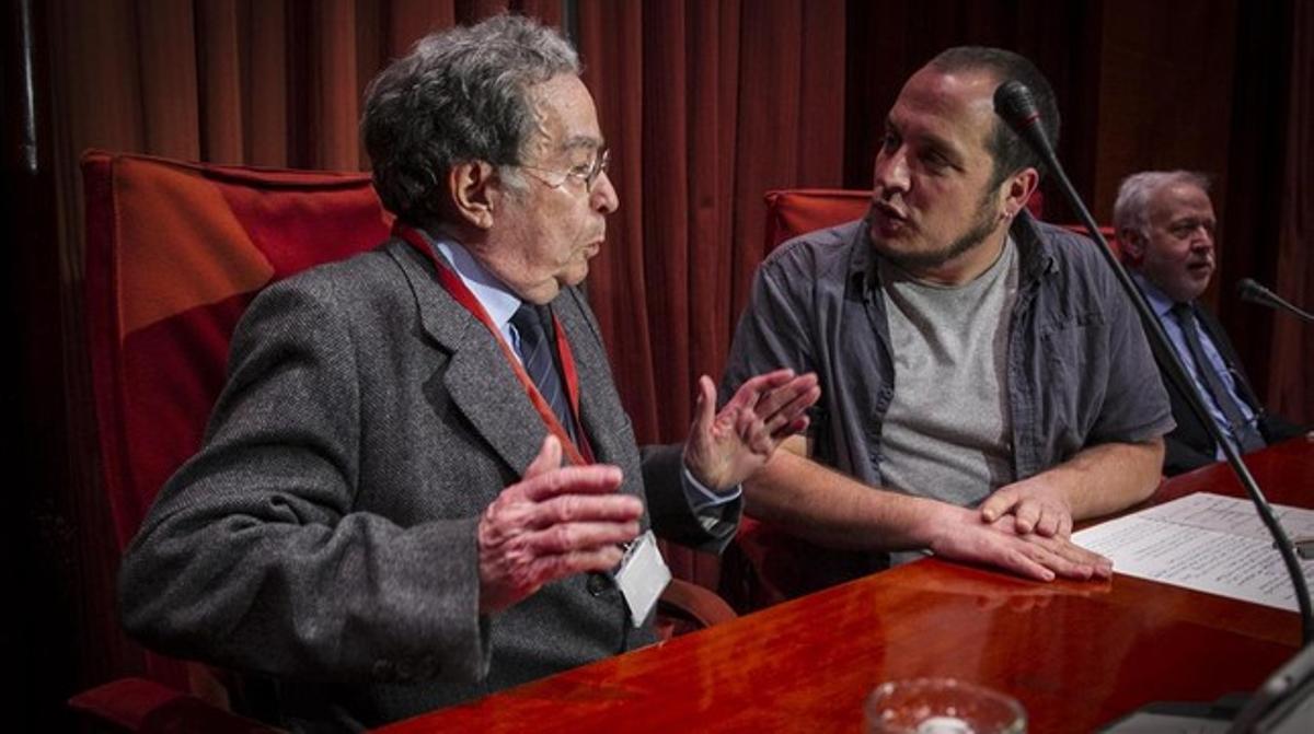 Francesc Cabana, cuñado de Jordi Pujol, conversa con el presidente de la comisión de investigación, David Fernàndez,este lunesen el Parlament.