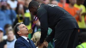 Justin Gatlin, saludado en el podio por Sebastian Coe, presidente de la IAAF.