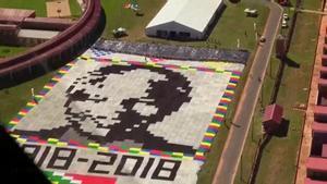 Creado con miles de mantas tejidas por todo el mundo y extendido sobre el patio de una cárcel de máxima seguridad cercana a Pretoria, el retrato de más de Nelson Mandela es visible desde el espacio exterior.