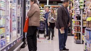 Personas comprando en un supermercado en Barcelona.