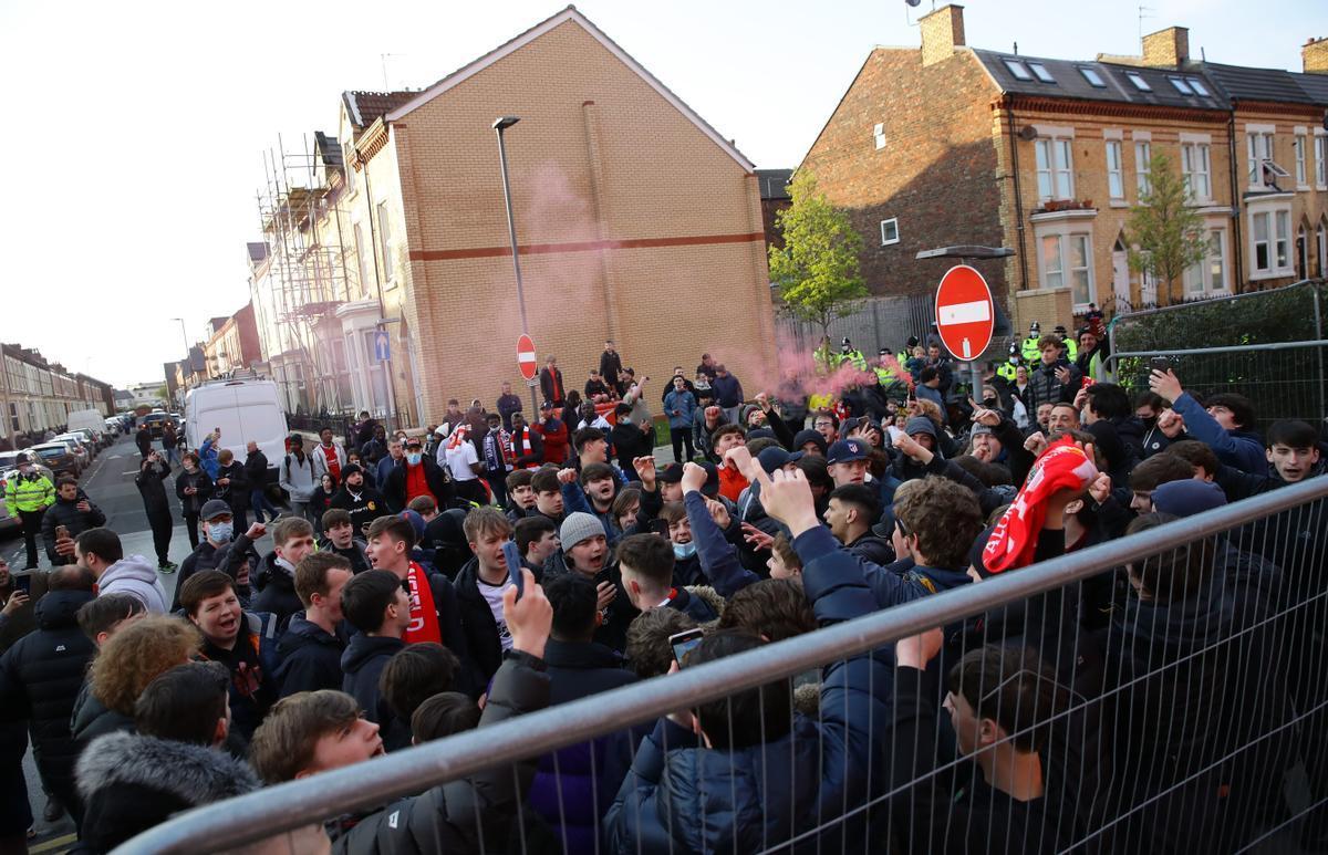 Aficionados del Liverpool, en los alrededores de Anfield.