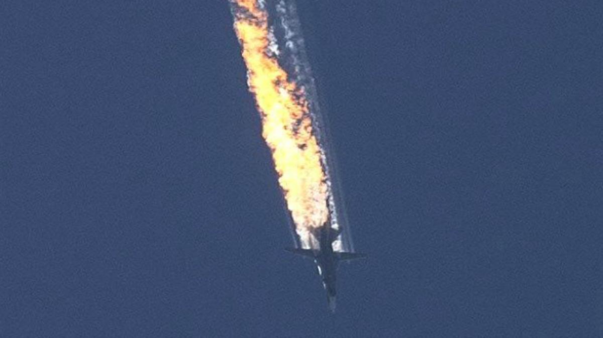 Vídeo del momento en que el avión de combate ruso cae derribado por la aviación turca.