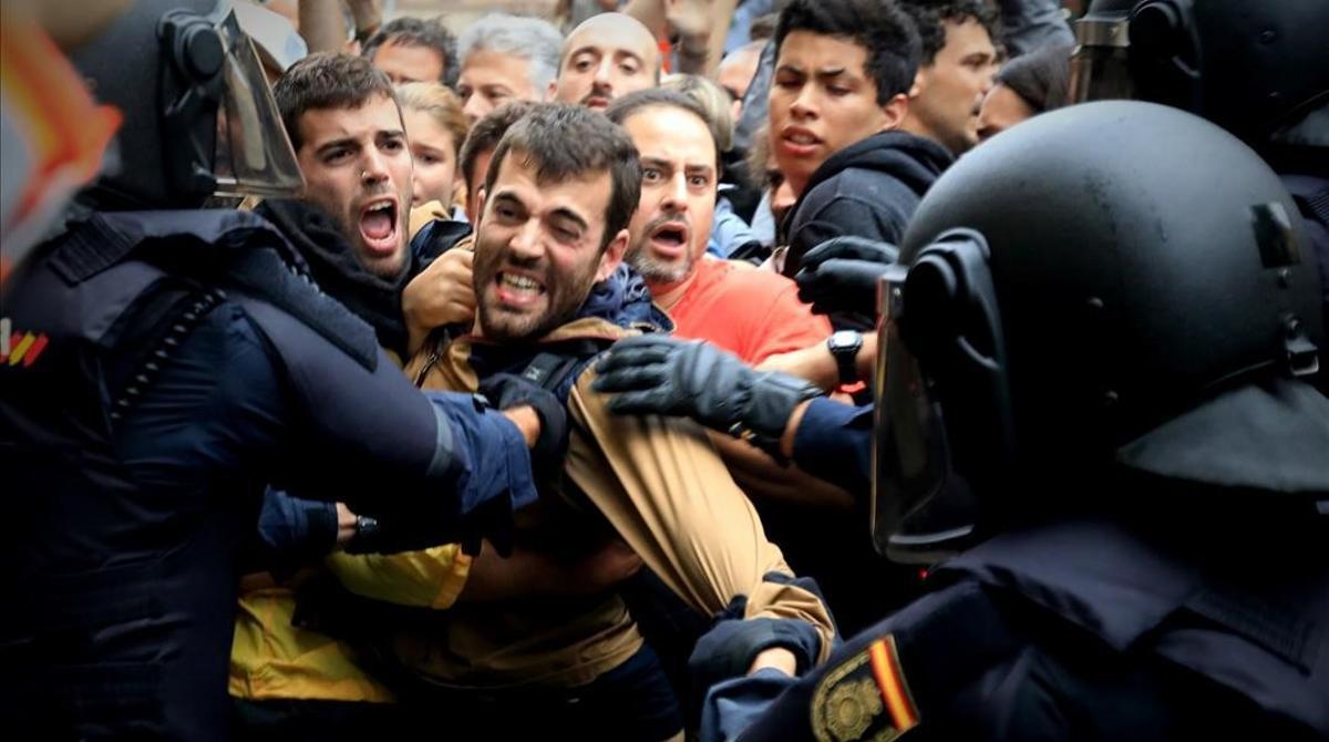Actuación de la Policía Nacional en la escuela Ramon Llull durante el referendum del 1 de octubre del 2017.