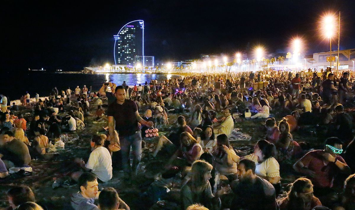 Aspecto de la playa de la Barceloneta en la verbena de 2018