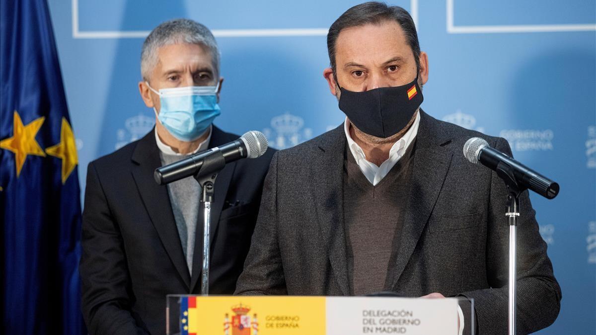 Los ministros Fernando Grande-Marlaska y José Luis Abalos,  durante la rueda de prensa.