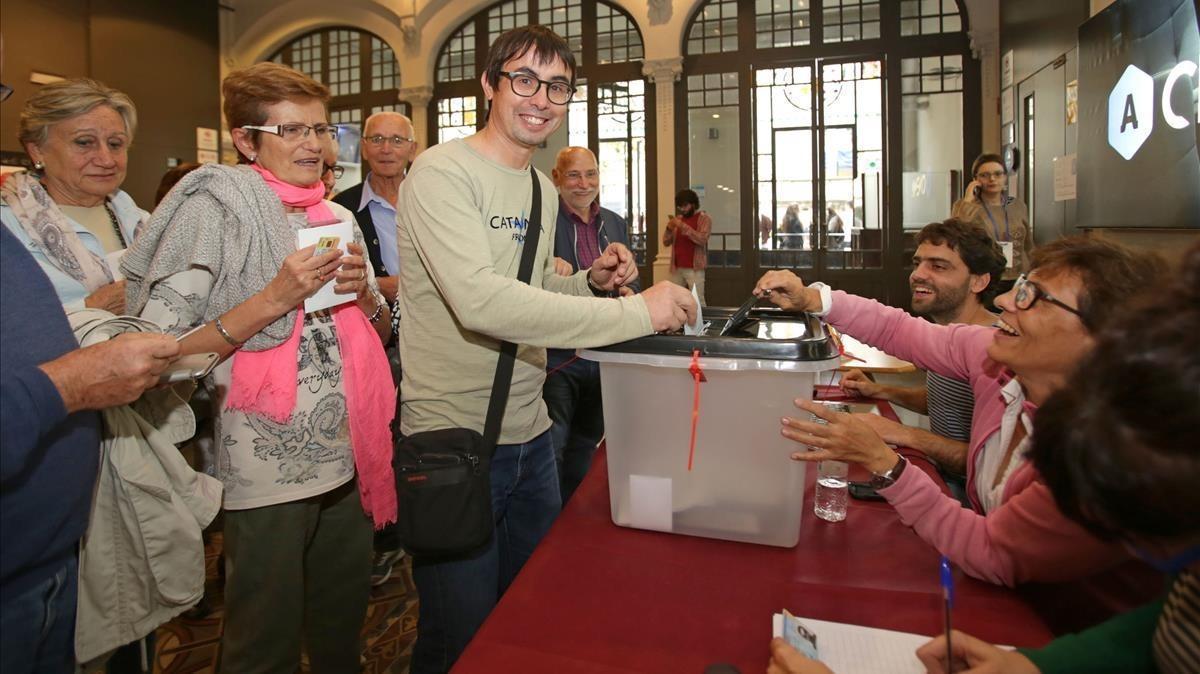 Ciudadanos participan en el referéndum del 1 de octubre pasado en el Ateneu de Igualada.
