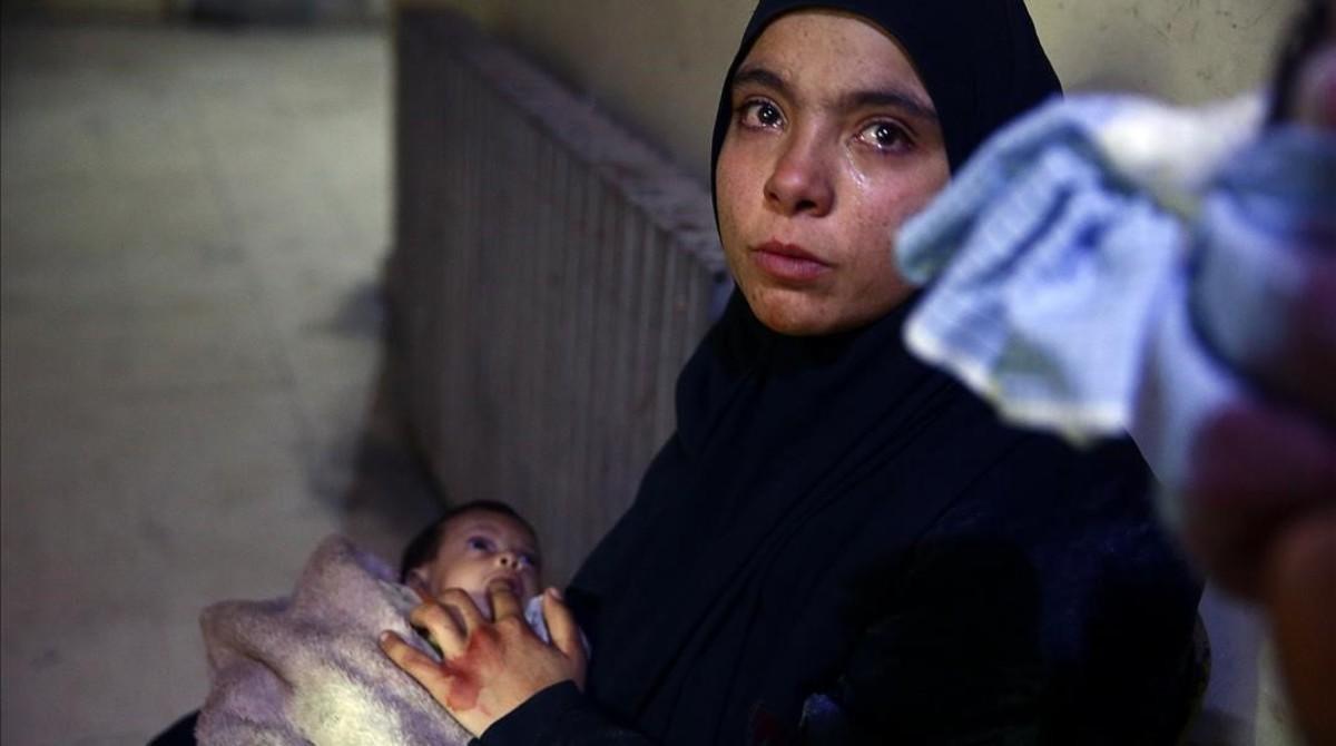 Heba Hamuri coloca sudedo en la boca de su bebé hambrienta en un centro médico en el Duma (este de Guta) el pasado 8 de enero.