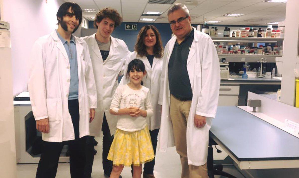 La pequeña malagueña Chloe, con el equipo médico del Hospital Germans Trias i Pujol que la atiende.