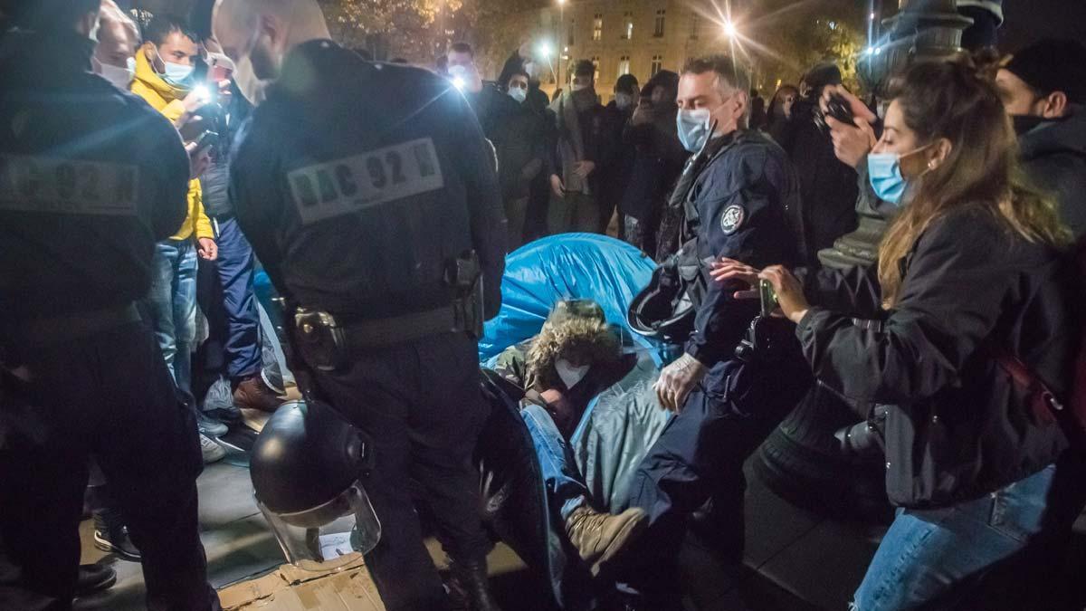 Cientos de migrantes, evacuados del centro de París por la fuerza.
