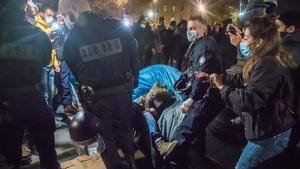La policia s'acarnissa amb un campament d'immigrants al desmantellar-lo al centre de París