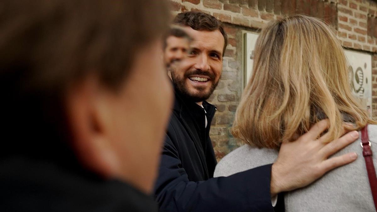 Pablo Casado, con su mujer, tras votar en el colegio Nuestra Señora del Pilar, en Madrid.