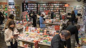 Lectores en la librería La Central del Raval, el pasado sábado, en el primer fin de semana de confinamiento perimetral.