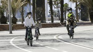 Una familia pasea en bicicleta por la Vila Olímpica, el pasado 28 de abril.