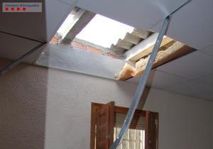 El techo de una de las masías, agujereado por el ladrón para poder acceder.