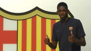 Dembelé posa ante el escudo del Barça en las oficinas del Camp Nou.