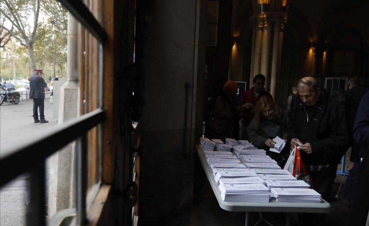 Ambiente en el colegio electoral de la Universitat de Barcelona.