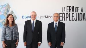 Francisco González, presidente del BBVA (en el centro) flanqueado por Diana Owen y Zia Qureshi, autores del libro 'La era de la perplejidad. Repensar el mundo que conocíamos'.