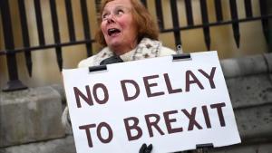 Una manifestante partidaria del 'brexit' sostiene una pancarta ante el Parlamento británico, en Londres.