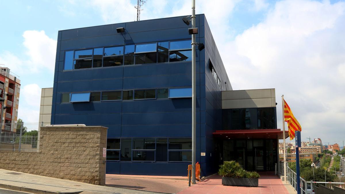 Exterior de la comisaria de los Mossos d'Esquadra en l'Hospitalet de Llobregat.