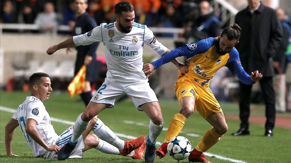 Carvajal, junto a Lucas Vázquez, intenta quitarle el balón a Aloneftis.