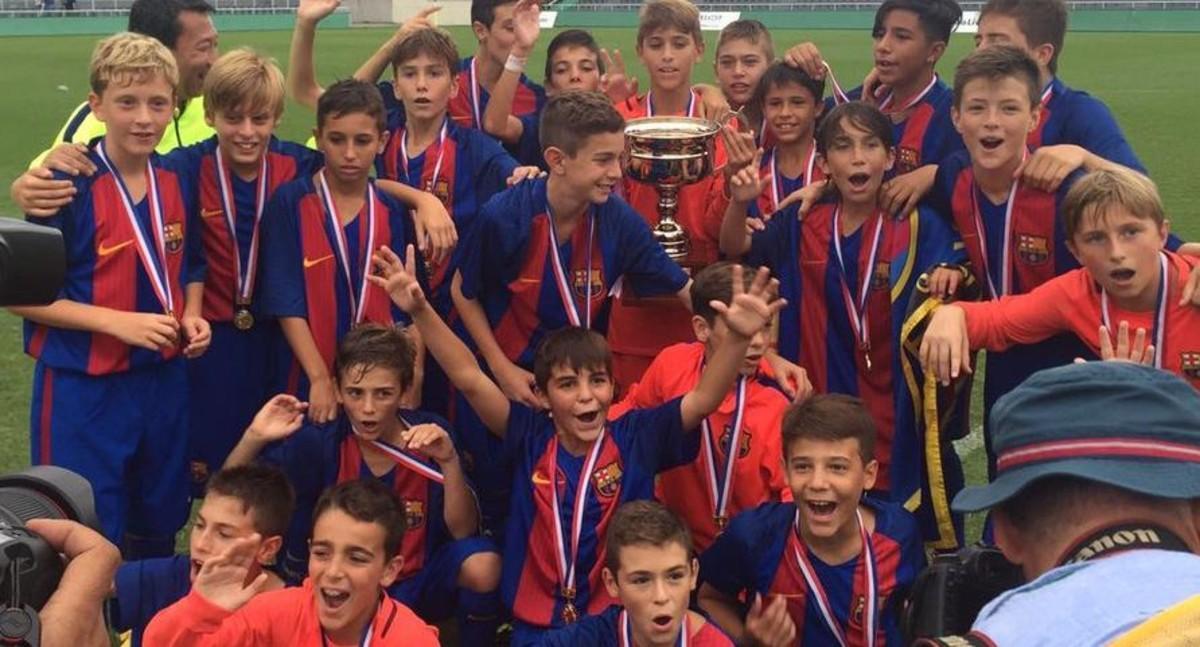 Los jugadores del infantil B del Barça celebran su victoria en la World Challenge Cup de Tokio.