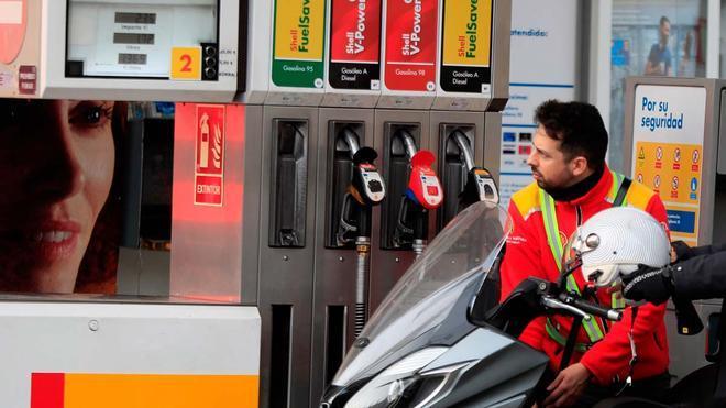 Los carburantes impulsan la inflación al 2,7% en mayo. En la foto, una gasolinera en Madrid.