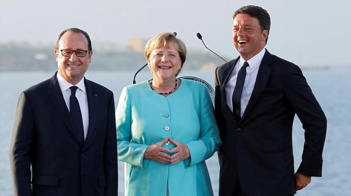 Hollande, Merkel y Renzi, en la cumbre que celebraron el 22 de agosto en la isla italiana de Ventotene.