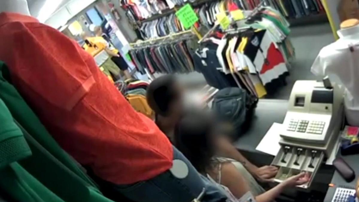 Imágenes de la cámara de seguridad de una tienda asaltada en L'Hospitalet de Llobregat