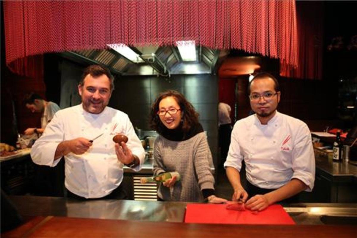 Albert Raurich, Tmae Imachi y Takeshi Somekawa, en la cocina a la vista. Foto: Francesc Casals