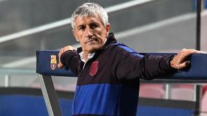 Quique Setién se apoya en el banquillo durante el partido entre Barcelona y Bayern en Lisboa / Michael Regan