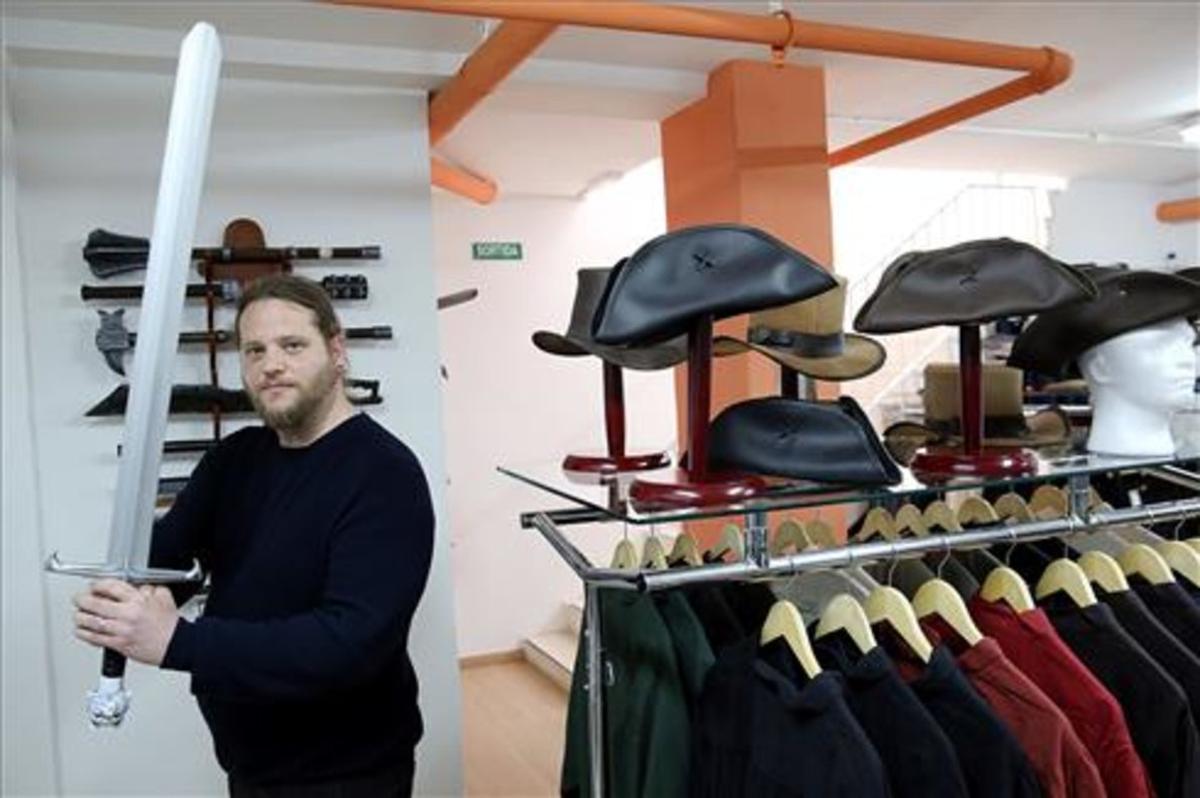 El propietario de Eviltailors, Christian, sujetando la espada de Jon Snow. Una de las muchas armas y accesorios que puedes encontrar aquí.
