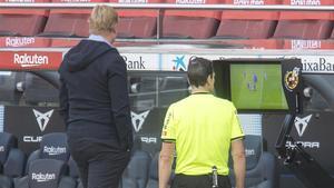 Martínez Munuera revisa la jugada en la que dio penalti ante la mirada de Koeman.
