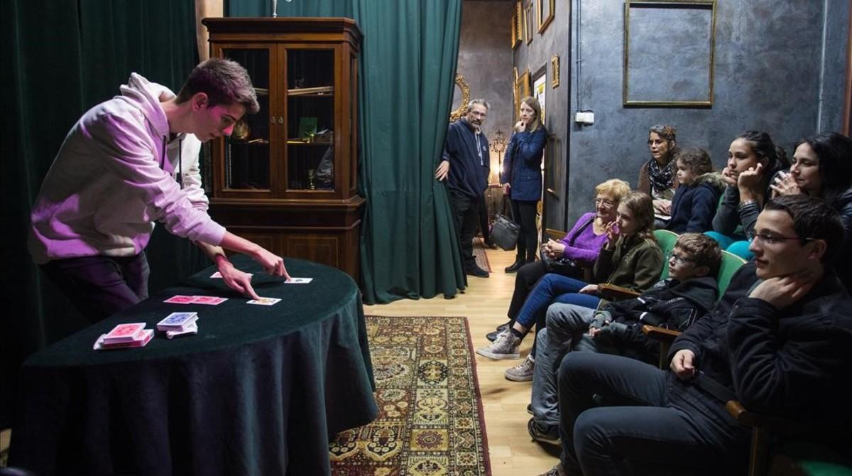 Danil Sanchez, finalista de GOT Talent España, realiza uno de sus trucos de magia en la sede de 3 de Trebol