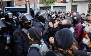 BARCELONA 10 12 2020  Barcelona   El movimiento por la vivienda de Catalunya se pronunciara delante la nueva posicion  del Gobierno espanol sobre los desalojos y la ocupacion  Y la campana  CapMesDesnonament  En la foto desalojo en la c  Trobador  44  en el (Guinardo)     FOTO de RICARD CUGAT