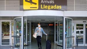Una turista alemana llega al Aeropuerto de Ibiza, en junio del 2020.