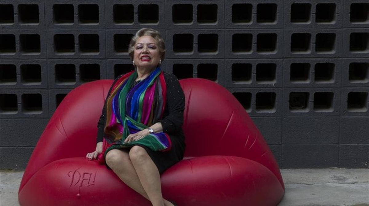 Maruja Garrido, sentada en un sofá muy daliniano.