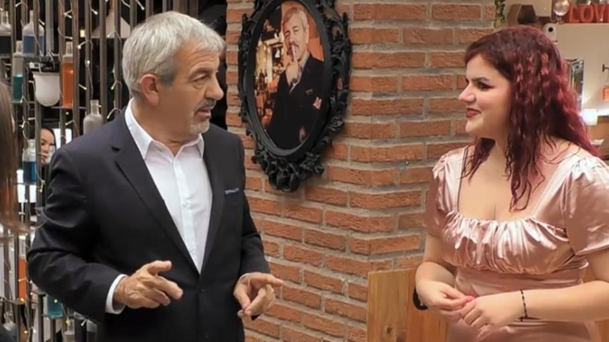 """Carlos Sobera, sonrojado en 'First Dates' por la atrevida predicción de una comensal: """"Te encantan los preliminares"""""""