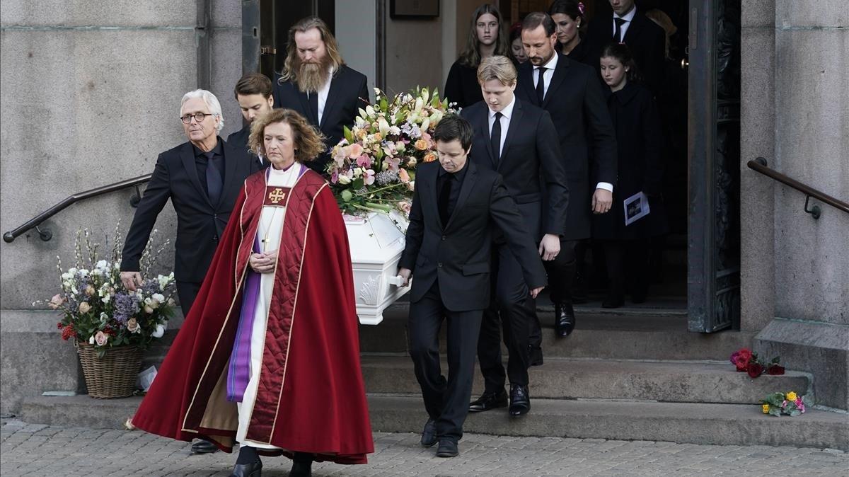 El féretro, a su salida de la catedral.