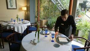 El paro baja en 123.600 personas en el segundo trimestre. En la imagen, un camarero en un restaurante.