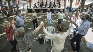 Un grupo bailando sardanas en Berga.